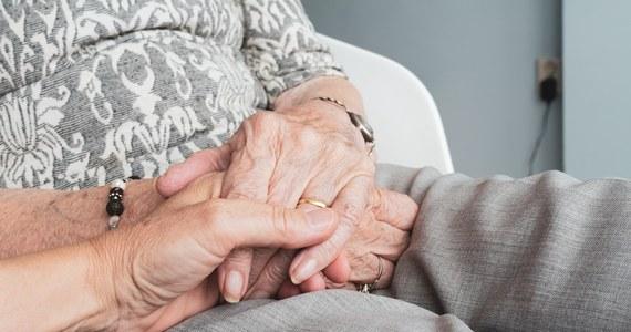 W Strzelcach Krajeńskich w woj. Lubuskim w mieszkaniu znaleziono martwe starsze małżeństwo. Prokuratura wykluczyła udział osób trzecich. Jak czytam w Onecie, nieoficjalnie mówi się, że kobieta zmarła kilka dni po mężu, z głodu.