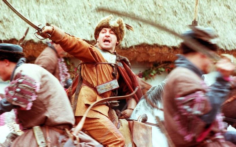 """Kiedy Jerzy Hoffman ujawnił, że rolę Wołodyjowskiego w filmie """"Ogniem i mieczem"""" powierzył Zbigniewowi Zamachowskiemu, wielu ludzi bało się, czy ten aktor udźwignie ciężar postaci, która fenomenalnie kreował wcześniej Tadeusz Łomnicki. Tymczasem sam Zamachowski bał się czegoś innego - tego, że rolę przypłaci życiem. Aktor mógł bowiem zginąć stratowany przez konie."""