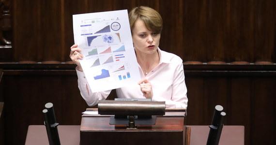 W związku ze złożeniem podczas drugiego czytania kolejnych poprawek do projektu tzw. Tarczy 4.0, Sejm zdecydował o ponownym przesłaniu go do sejmowej Komisji Finansów Publicznych. Minister rozwoju Jadwiga Emilewicz podkreślała, że dzięki szybkiemu działaniu 1,5 mln firm otrzymało pomoc od rządu.