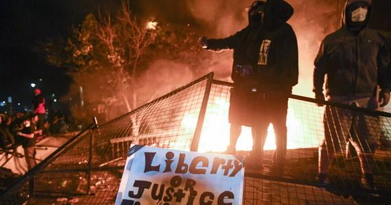 W Minneapolis płonie komisariat policji. W mieście na północy USA trwa trzecia noc rozruchów, które wywołało zabójstwo Afroamerykanina przez białego policjanta. Z każdą nocą zamieszki przybierają na sile.