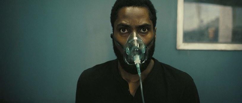 """Przez wiele tygodni zakładano, że najnowszy film Christophera Nolana będzie miał premierę kinową 17 lipca. Z filmem """"Tenet"""", którego budżet wyniósł astronomiczne 200 milionów dolarów, wiązano duże nadzieje. Liczono na to, że dzięki niemu publiczność zacznie wracać do kin po pandemii COVID-19. To nadal możliwe, ale na premierę trzeba będzie poczekać przynajmniej do 31 lipca, bo to nowa oficjalna data debiutu tego dzieła w kinach na całym świecie."""
