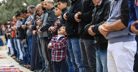 """Eksperci ostrzegają przed powstającymi w Czechach małymi, tajnymi salami modlitw muzułmańskich. W podobnych na zachodzie Europy radykalizowali się muzułmanie – pisze czeski dziennik """"Mlada fronta Dnes""""."""