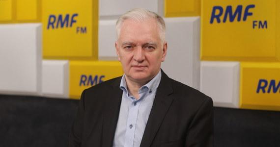 """""""Wybory przebiegłyby w aurze takiego chaosu, byłoby tyle bałaganu, tyle zastrzeżeń, że Sąd Najwyższy - obojętnie, czy w składzie """"starych' czy """"nowych"""" sędziów - na pewno by wyniku tych wyborów nie uznał. One nie mogły się odbyć w formie korespondencyjnej ani 10, ani 23 maja"""" - stwierdził w RMF FM lider Porozumienia Jarosław Gowin, pytany o to, czy nie żałuje swojego sprzeciwu wobec planów przeprowadzenia wyborów prezydenckich 10 maja. """"Sprzeciwiając się tym terminom, uchroniłem Polskę przed głębokim, wieloletnim kryzysem konstytucyjno-ustrojowym. Gdyby doszło do zakwestionowania wyniku wyborów przez SN, Polska na wiele lat pogrążyłaby się w chaosie. Na arenie międzynarodowej spadlibyśmy do statusu takich krajów, jak Białoruś"""" - ocenił gość Krzysztofa Ziemca."""