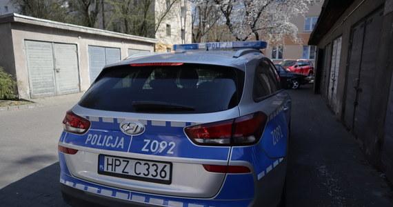 Czteroletnia dziewczynka wypadła z okna w mieszkaniu na drugim piętrze w Słupsku. Według wstępnych ustaleń policji, dziecko było pod opieką... siedmioletniej siostry. Do wypadku doszło w piątek przed południem.