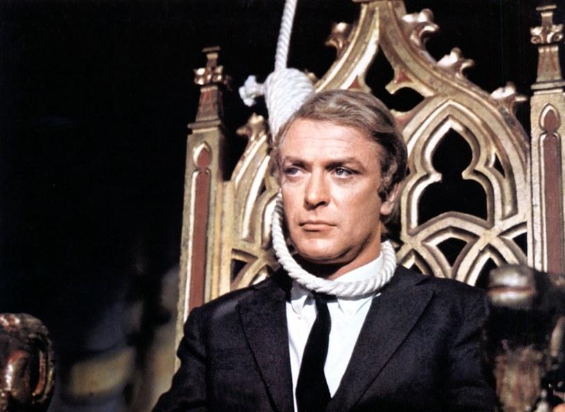 """W filmografii Michaela Caine'a znaleźć można blisko 180 tytułów. Legendarny aktor mianem najgorszego filmu w jego karierze określa wyreżyserowany przez Guya Greena film """"Mag"""" z 1968 roku. Został on oparty na motywach powieści pod tym samym tytułem autorstwa Johna Fowlesa. Teraz z tą samą książką spróbuje zmierzyć się reżyser serialu """"Czarnobyl"""", Johan Renck."""