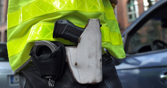 W szpitalu zmarł policjant, który postrzelił się w głowę z broni służbowej na komendzie w Kole (woj. wielkopolskie). Do wypadku doszło w piątek przed godziną 18.  Jak ustalił reporter RMF FM Mateusz Chłystun, 33-latek był doświadczonym mundurowym.