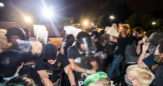 Amerykanie wyszli na ulice, by wyrazić swój gniew i żądać sprawiedliwości po szokujących wydarzenia w Minneapolis i tragicznie zakończonej policyjnej interwencji, w wyniku której zmarł 46-letni Afroamerykanin George Floyd. Płoną samochody i budynki w kilku miastach w USA, plądrowane są sklepy. Nerwowo jest też przed Białym Domem.