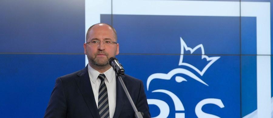"""""""Już niedługo Polacy w wyborach prezydenckich zdecydują, jakiego modelu współpracy chcą wprowadzenia w Polsce. Czy to będzie model zgodnej pracy na rzecz naszego kraju, czy to będzie jednak ciągła polityczna awantura i kłótnie"""" – oświadczył rzecznik sztabu wyborczego prezydenta Andrzeja Dudy Adam Bielan. """"Skutki chaosu, tej politycznej awantury widzimy dzisiaj w Senacie opanowanym przez większość opozycyjną, który został przez opozycję zmieniony w izbę obstrukcji"""" - wskazywał."""