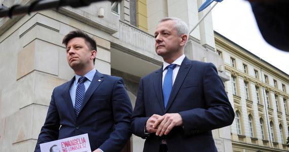 To jest obrzydliwe, co robi minister Dworczyk, próbując insynuować, że prezydent Warszawy ma cokolwiek wspólnego z plakatami – powiedział PAP lider PO Borys Budka. Chodzi o wymierzone w ministra zdrowia plakaty, które pojawiły się na warszawskich przystankach.