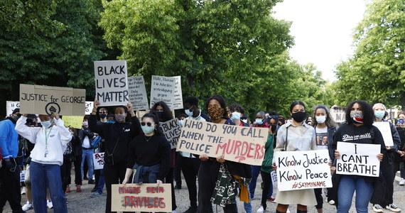 Około 2 tysięcy osób wzięło udział w demonstracji przed gmachem ambasady USA w Berlinie. Demonstranci protestowali przeciwko rasizmowi i brutalności policji, której symbolem stała się śmierć Afroamerykanina George'a Floyda w Minneapolis.