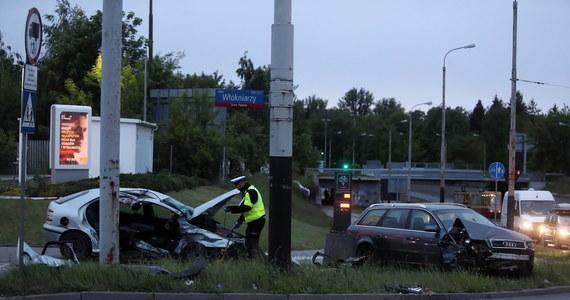 Cztery osoby - w tym troje dzieci - zostały ranne w wypadku, do którego wieczorem doszło na skrzyżowaniu al. Włókniarzy i Konstantynowskiej w Łodzi. Pijany kierowca audi wjechał w fiata.