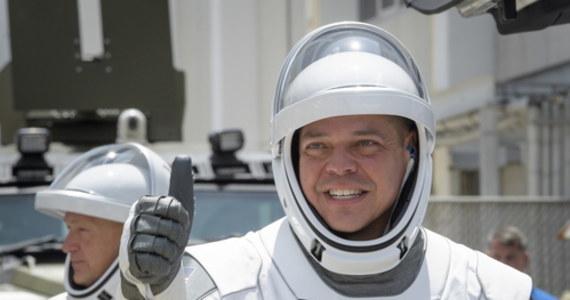 Po około 19 godzinach od startu z Przylądka Canaveral na Florydzie kapsuła Dragon z dwoma amerykańskimi astronautami na pokładzie zacumowała do Międzynarodowej Stacji Kosmicznej (ISS). Manewr został przeprowadzony automatycznie.