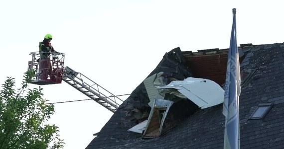 Niewielki samolot wbił się w dom jednorodzinny w Langenhahn w południowo-zachodnich Niemczech. Przyczyną wypadku był błąd pilota, który zahaczył o linię energetyczną i stracił kontrolę nad maszyną. W zdarzeniu na szczęście nikt nie zginął. Poturbowany pilot został odwieziony do szpitala, zaś dwoje mieszkańców domu, w który uderzył samolot, o własnych siłach wyszło na zewnątrz. Zahaczenie maszyny o linię energetyczną spowodowało jednak awarię, w wyniku której około 50 tysięcy mieszkańców powiatu Westerwald było pozbawionych prądu.