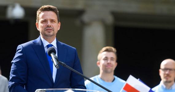 """Kandydat na prezydenta był wśród osób, które udzielały pomocy poszkodowanym w wypadku na autostradzie A2 w okolicach miejscowości Emilia (Łódzkie) – potwierdziła łódzka policja. Jak poinformował """"Głos Wielkopolski"""" chodzi o Rafała Trzaskowskiego."""