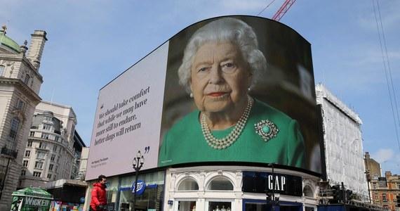 Brytyjska królowa Elżbieta II opuściła mury zamku w Windsorze, prawdopodobnie po raz pierwszy od wprowadzenia na Wyspach Brytyjskich społecznej kwarantanny. Natychmiast wybrała się na przejażdżkę konno. Brytyjczycy zastanawiają się, czy zachowała należytą ostrożność.