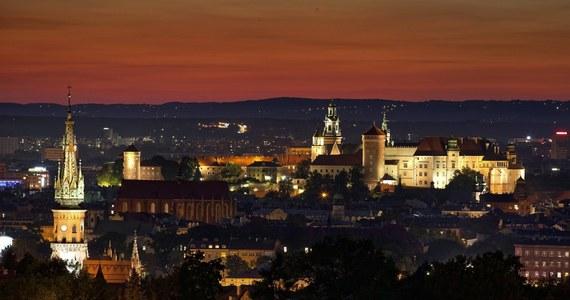 Zarząd Dróg Miasta Krakowa zdecydował o przywróceniu od dziś nocnego oświetlenia ulic. Od połowy kwietnia, gdy ruch na ulicach zmalał, latarnie uliczne były wyłączane na noc.
