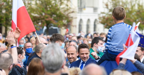 Policja analizuje sprawę sobotniego wystąpienia Rafała Trzaskowskiego na placu Wolności w Poznaniu - informuje Onet. Jak wyjaśnia, wydarzenie to zostało zgłoszone policji jako briefing prasowy kandydata Koalicji Obywatelskiej na prezydenta i Jacka Jaśkowiaka - prezydenta Poznania. Na placu mogło być nawet kilkaset osób - tymczasem dozwolone są zgromadzenia publiczne do 150 osób.