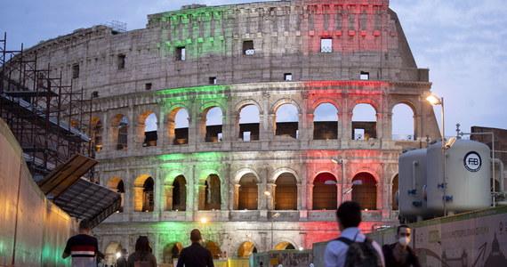 Po 84 dniach przymusowej przerwy z powodu pandemii koronawirusa w poniedziałek otwarto rzymskie Koloseum. Zwiedzanie przebiega w nadzwyczajnych warunkach: co kwadrans wpuszczane są grupy po 15 osób, obowiązuje wymóg noszenia maseczek i mierzenia temperatury przy wejściu.