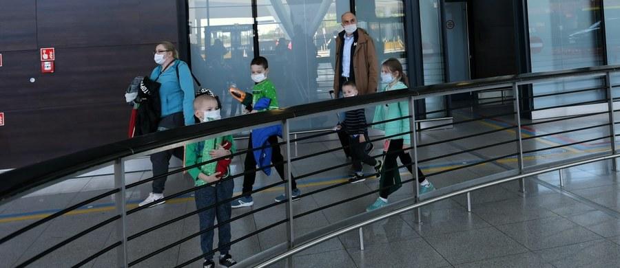 Aktualny bilans koronawirusa w Polsce to 24 165 zakażonych i 1 074 ofiar śmiertelnych. Będą badania przesiewowe górników w kolejnych kopalniach. Polskie Linie Lotnicze LOT wznowiły dziś niektóre połączenia krajowe. Minister edukacji potwierdził, że do wakacji nie będzie tradycyjnych zajęć w szkołach. Najważniejsze informacje na temat epidemii koronawirusa w Polsce i na świecie znajdziecie w naszym raporcie dnia.