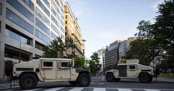 Na waszyngtońskim Chinatown policja używa w nocy z poniedziałku na wtorek granatów hukowych, żeby rozpędzić demonstrantów. Nad dzielnicą latały cztery śmigłowce oraz kilka dronów. W niektórych sklepach wybito szyby. Do protestów dochodziło też w Nowym Jorku.
