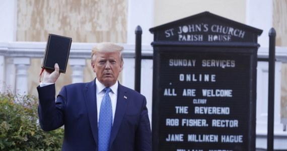 Kontrowersje za Oceanem, wywołało użycie przez funkcjonariuszy gazu łzawiącego, żeby przepędzić ludzi protestujących przed Białym Domem. Jak zaznacza część zagranicznych agencji, chodziło o to, żeby Donald Trump mógł przedostać się do pobliskiego kościoła episkopalnego św. Jana. Wcześniej, prezydent USA, w Ogrodzie Różanym wygłosił przemówienie w którym zapowiedział mobilizację sił wojskowych i federalnych do walki z protestami.