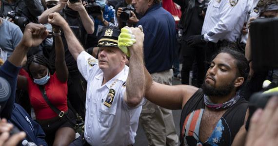 Protesty w USA. Szef nowojorskiej policji uklęknął przed demonstrantami