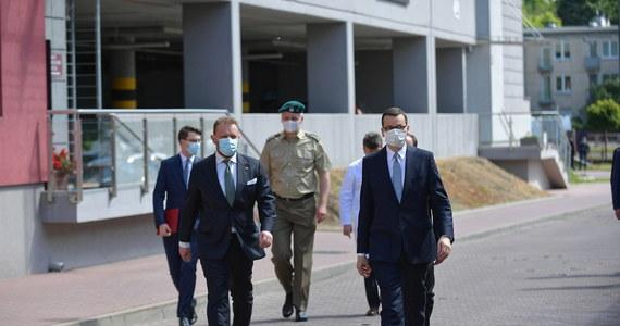 """""""Pandemia koronawirusa to kryzys, jakiego nie widzieliśmy od dziesiątek lat, który spowodował, że najbogatsze państwa miały ogromne problemy z ratowaniem ludzi"""" - powiedział premier Mateusz Morawiecki na konferencji zorganizowanej wspólnie z ministrem zdrowia oraz szefem MSWiA. Jak dodał szef rządu, dziś może """"spokojnie spojrzeć w lustro, bo decyzje jego rządu dot. obostrzeń były właściwe""""."""