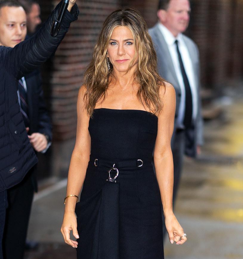 Wysmakowany akt Jennifer Aniston został wystawiony na aukcję charytatywną. Zysk ze sprzedaży zdjęcia zostanie przekazany organizacji, która rozdaje za darmo testy na obecność koromawirusa.