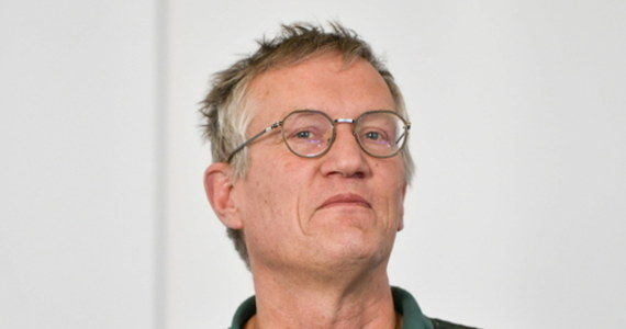 """Twórca szwedzkiej liberalnej strategii główny epidemiolog kraju Anders Tegnell przyznał w wywiadzie dla Szwedzkiego Radia, że Szwecja od początku powinna podjąć więcej działań, aby zwalczyć epidemię koronawirusa. """"Zbyt wiele osób zmarło"""" - powiedział."""