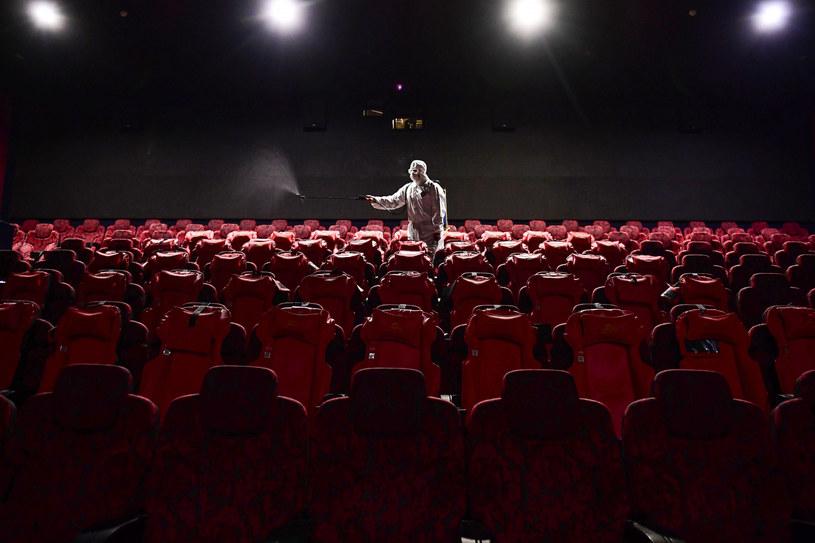 Choć wiadomo, że negatywny wpływ pandemii COVID-19 na przemysł filmowy będzie ogromny, to sytuacja w Chinach może być dobrym miernikiem tego, jaka dokładnie będzie skala problemu, z którym borykać się będzie branża filmowa. Według opublikowanego właśnie raportu 5000 chińskich kin nie wznowi już działalności po zamknięciu ich z powodu koronawirusa. To oznacza kłopoty nie tylko dla właścicieli sal kinowych w tym kraju.