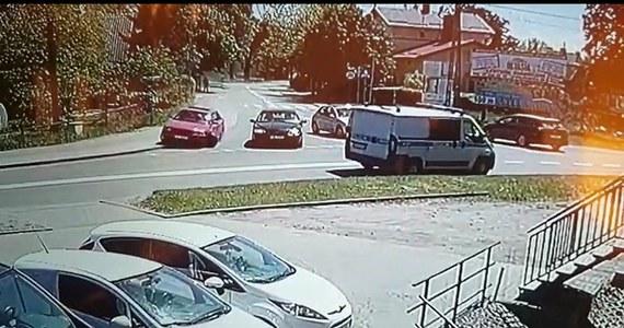 Policjanci z Nowego Dworu Gdańskiego zatrzymali 23-latka, który wczoraj z nadmierną prędkością przejechał przez jedno ze skrzyżowań, a swoją podróż zakończył na wjeździe do sklepu motoryzacyjnego. Okazało się, że kierowca był pijany. Na szczęście nikomu nic się nie stało.
