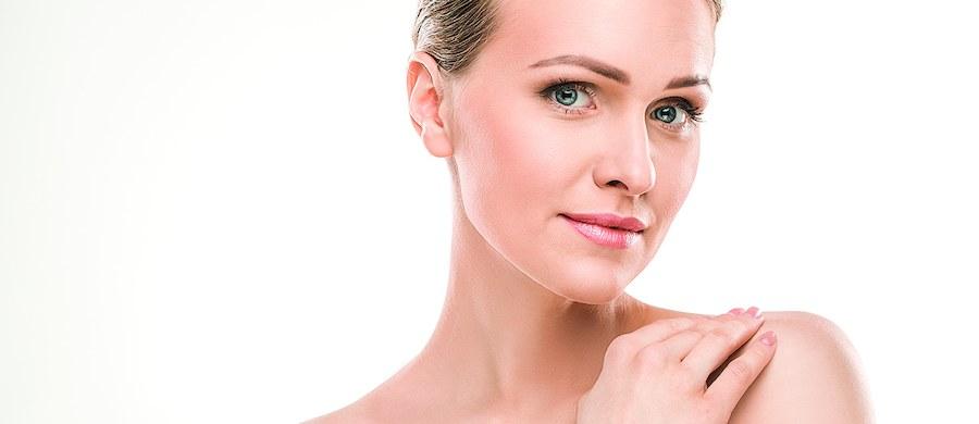 Skóra w okolicach szyi, a także dekoltu wymaga specjalistycznej pielęgnacji. To właśnie ten obszar najbardziej uwydatnia u kobiet ich upływający czas i z łatwością zdradza wiek. Dlatego warto przeznaczyć tej części ciała znacznie więcej uwagi. O tym, jak dbać o dekolt oraz szyję opowiada lek. dermatolog Agnieszka Drożniak-Konstanty.