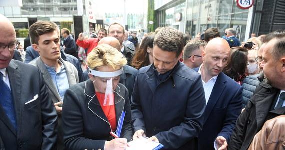 Podpisy pod kandydaturą na prezydenta można zbierać po opublikowaniu w Dzienniku Ustaw postanowienia marszałka Sejmu ws. wyborów; wzór karty do zbierania podpisów ma tyko charakter pomocniczy, sam w sobie nie decyduje o ważności zebranych podpisów - powiedział w środę szef PKW Sylwester Marciniak.