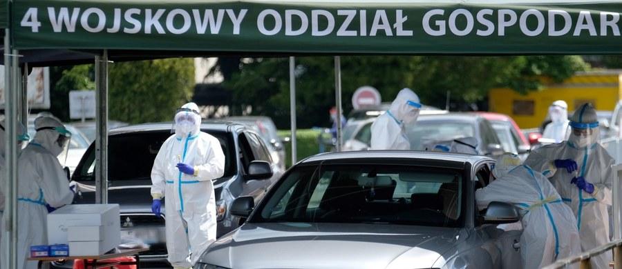 24 687 zakażonych i 1115 ofiary śmiertelne - to aktualny bilans epidemii koronawirusem w Polsce. Częstochowscy radni Sojuszu Lewicy Demokratycznej zaapelowali do premiera Mateusza Morawieckiego o specjalne procedury, które umożliwiłyby bezpieczną organizację pielgrzymek w czasach koronawirusa. O 359 wzrosła w ciągu doby liczba zgonów z powodu koronawirusa w Wielkiej Brytanii. To oznacza, że łączna liczba ofiar śmiertelnych epidemii w tym kraju wynosi 39728. Włochy znoszą restrykcje. Otwarte zostaną granice regionów i możliwe będzie swobodne podróżowanie między nimi bez podawania powodu. Dla obywateli europejskich państw układu z Schengen i Wielkiej Brytanii otwarte zostaną granice kraju i przestanie obowiązywać wymóg dwutygodniowej kwarantanny po przyjeździe do Włoch. Najważniejsze informacje o walce z koronawirusem w Polsce i na świecie znajdziecie w naszym raporcie dnia.