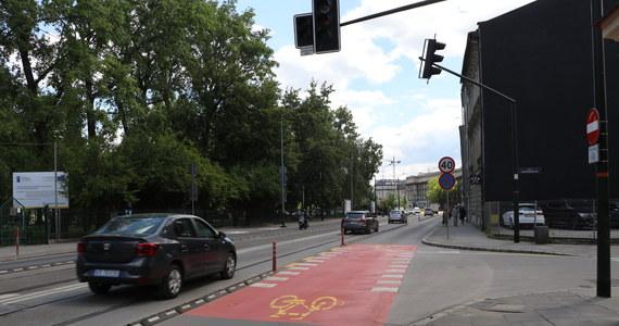 Bardzo duże zmiany w organizacji ruchu na ul. Grzegórzeckiej w centrum Krakowa. Cieszą rowerzystów. Wielu kierowców natomiast narzeka.