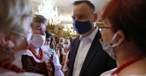 1,4 tys. zł miesięcznie przez maksymalnie trzy miesiące dla osób zwolnionych z pracy po 31 marca br. przewiduje projekt ustawy o dodatku solidarnościowym, który prezydent Andrzej Duda skierował do Sejmu - poinformowała w środę Kancelaria Prezydenta.