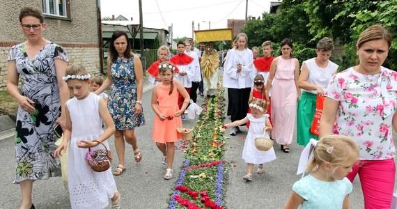 Uroczystości Bożego Ciała w tym roku w wielu diecezjach w Polsce odbędą się w innej formie, niż zazwyczaj. Biskupi przeważnie proszą o organizowanie procesji eucharystycznych jedynie wokół kościołów. Zachęcają też do prywatnej adoracji Najświętszego Sakramentu w świątyniach.
