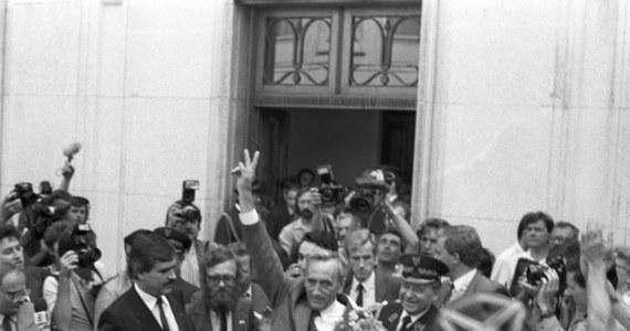 """31 lat temu, 4 czerwca 1989 r., na mocy porozumień między władzami PRL a częścią opozycji odbyły się częściowo wolne wybory parlamentarne. Zwycięstwo """"S"""" otworzyło nową epokę w najnowszych dziejach Polski oraz wpłynęło na proces upadku komunizmu w Europie Środkowej."""