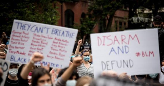 Tysiące ludzi demonstrowały w środę w Nowym Jorku przeciw brutalności policji. Demonstranci zgromadzili się m.in. przed oficjalną rezydencją burmistrzów, Gracie Mansion. Wiele osób, które później nie podporządkowały się zasadom godziny policyjnej, trafiło do aresztu.