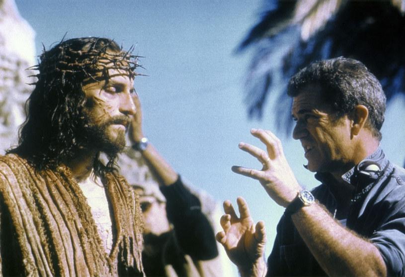 """O planach nakręcenia kontynuacji legendarnej """"Pasji"""" jej reżyser Mel Gibson mówi już od 2016 roku. Dotąd jednak niewiele z tych zapowiedzi wynikało. Podczas tegorocznych świąt wielkanocnych, Jim Caviezel, który wcielił się w postać Jezusa Chrystusa, wyjawił, że """"Pasja 2"""" będzie największym filmem wszech czasów. W podobnym tonie wypowiada się teraz o projekcie jego scenarzysta Randall Wallace."""
