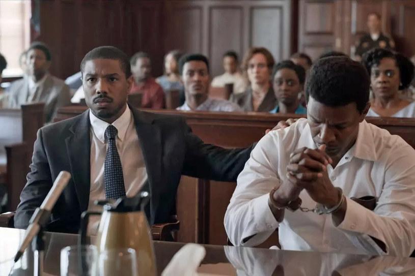 """Spowodowana śmiercią George'a Floyda akcja protestu przeciw rasizmowi przybiera różne formy. Od przeradzających się w rozróby manifestacji po instagramową akcję Blackout Tuesday. Jeszcze inny pomysł ma wytwórnia filmowa Warner Bros. Chce szerzyć świadomość na temat tego, jakie zagrożenia niesie ze sobą rasizm w dosyć nietypowy sposób. Zrealizowany przez nią film """"Tylko sprawiedliwość"""" przez cały czerwiec będzie można wypożyczyć za darmo na wszystkich amerykańskich portalach streamingowych."""