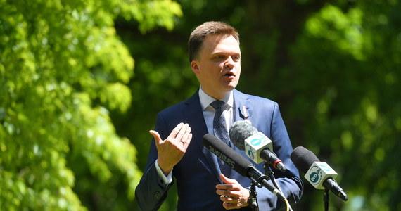 Rafał Trzaskowski mimo zalet nie powinien zostać prezydentem Polski, ponieważ jest elementem układu PO-PiS - powiedział kandydat na prezydenta Szymon Hołownia. Kuriozalną nazwał zmianę kandydata KO w wyborach prezydenckich.