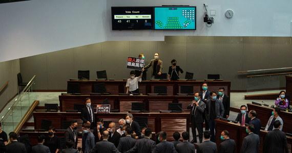 Znieważenie chińskiego hymnu państwowego będzie odtąd w Hongkongu przestępstwem zagrożonym karą nawet trzech lat więzienia – zdecydował w czwartek hongkoński parlament. Ustawa nasila obawy o ingerencje Pekinu w sprawy tego półautonomicznego terytorium.