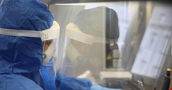 Były szef brytyjskiego wywiadu MI6 wierzy, że koronawirus pochodzi z chińskiego laboratorium, gdzie został genetycznie zmodyfikowany. Sir Richard Dearlove oparł swą opinię na badaniach brytyjskich i norweskich uczonych. Jest przekonany, że o wydostaniu się wirusa z kontrolowanego środowiska zadecydował przypadek.
