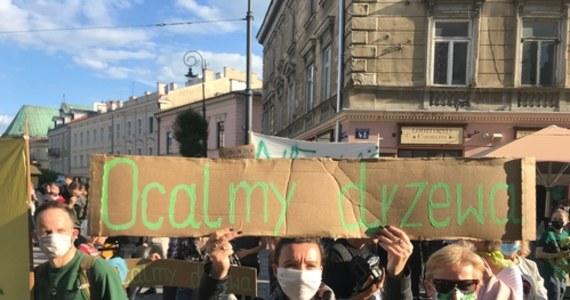 Lublinianie protestują w obronie drzew. Zgodnie z projektem przy przebudowie głównej arterii Alei Racławickich i ulicy Lipowej ma ich zniknąć ponad 200. Ratusz deklaruje, że będzie to znacznie mniej. To nie przekonuje jednak obrońców zieleni, ponieważ żadnych liczb nie zmieniono w projekcie. Protestujący opasali ratusz zieloną wstęgą – symbolizującą miejską zieleń.