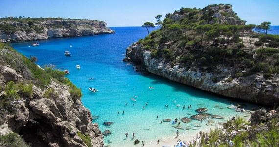 """Autonomiczny rząd Balearów zapowiedział, że przed 1 lipca przyjmie na terenie archipelagu pierwsze zagraniczne grupy turystów. Wznowienie ruchu turystycznego na tych hiszpańskich wyspach wymaga jeszcze zgody rządu Pedro Sancheza, """"która ma nadejść w najbliższych godzinach""""."""