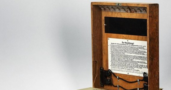 Maszyna szyfrująca Enigma używana przez niemieckie wojsko w czasie II wojny światowej została sprzedana na aukcji w Wiedniu za 117,8 tys. euro. Według domu aukcyjnego Dorotheum to jeden z nielicznych zachowanych egzemplarzy maszyny.