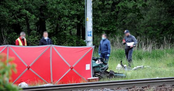 Dwóch mężczyzn zginęło w wypadku na przejeździe kolejowym w Dunowie w woj. zachodniopomorskim. Autem uderzyli w przejeżdżający pociąg relacji Koszalin - Białogard.