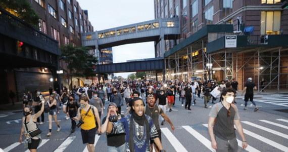 Słabną protesty odbywające się przed Białym Domem po zabójstwie czarnoskórego George'a Floyda. W czwartek wieczorem czasu miejscowego pojawił się tam kilkaset osób. Na ulicach Waszyngtonu   jest też mniej służb bezpieczeństwa.