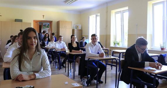Język angielski, geografia, matematyka, język polski i biologia to najczęściej wybierane przez tegorocznych maturzystów, absolwentów liceów i techników przedmioty zdawane pisemnie na poziomie rozszerzonym – wynika z danych Centralnej Komisji Egzaminacyjnej.